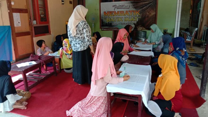 Image : Perwakilan PKK Dusun Sekaran Ikuti Pelatihan Membatik di Rumah Pak Kadus